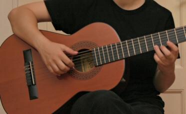 Haltung und Spielweise der Gitarre